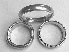 Platin gehört zu den Edelmetallen, besitzt im Gegensatz zu vielen anderen Edelmetallen eine sehr hohe Dichte. Das grauweiße Metall ist dehnbar, schmiedbar und vor allen Dingen kostbar.